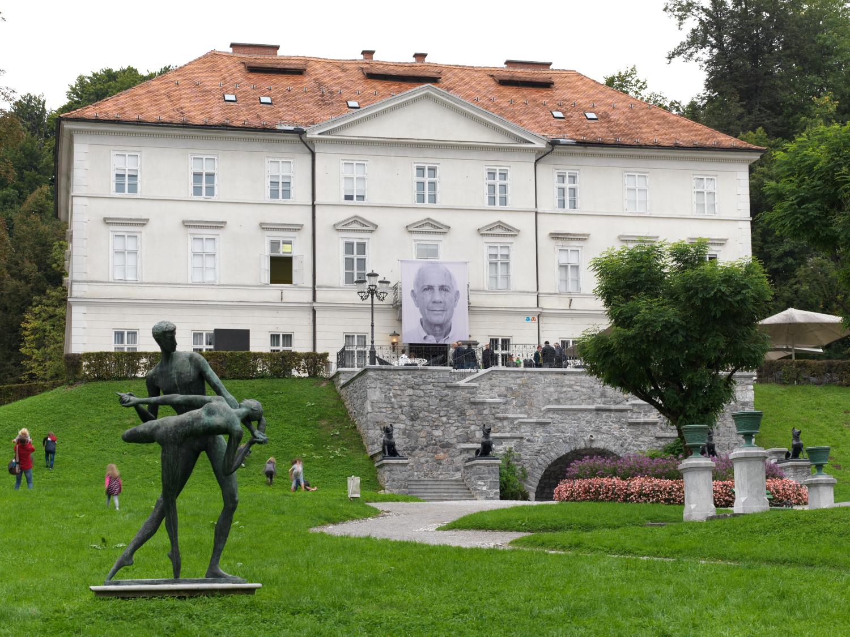 Foto: 31. grafični bienale Nad tabo/ti, postavitev v MGLC. Braco Dimitrijević: Naključni mimoidoči, ki sem jih srečal, Ljubljana (2015).Arhiv MGLC. Foto: Jaka Babnik.