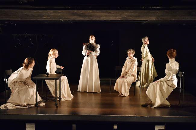 Na fotografiji: Iva Babić, Maša Derganc, Eva Jesenovec, Veronika Drolc, Vojko Zidar in Sabina Kogovšek Foto: Peter Uhan