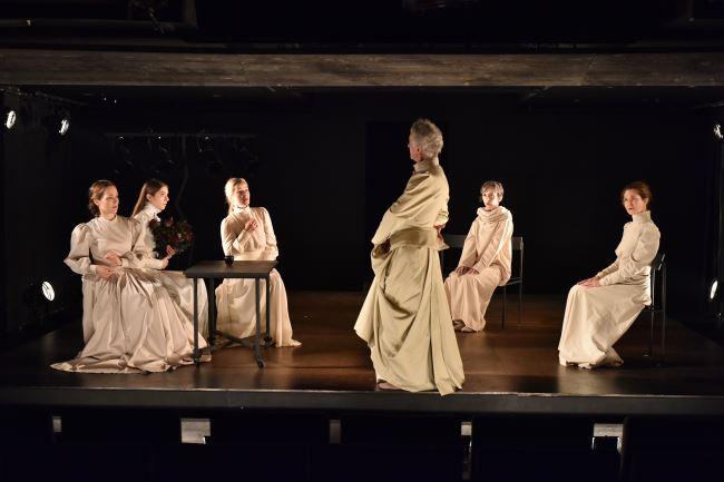 Na fotografiji: Iva Babić, Maša Derganc, Eva Jesenovec, Vojko Zidar, Veronika Drolc in Sabina Kogovšek Foto: Peter Uhan